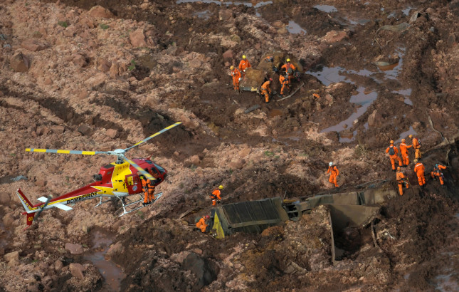 Rescue crew work in a tailings dam owned by Brazilian miner Vale SA that burst, in Brumadinho, Brazil January 25, 2019. REUTERS/Washington Alves     TPX IMAGES OF THE DAY - RC1B661368C0
