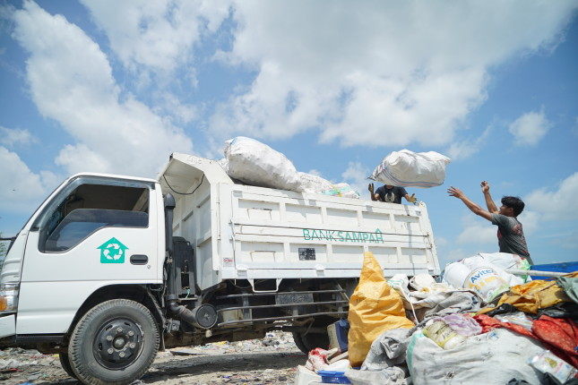 Bank Sampah's workers loading a truck