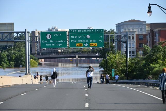 New,Brunswick,,Nj,Usa,-,September,2,,2021:,People,Walk